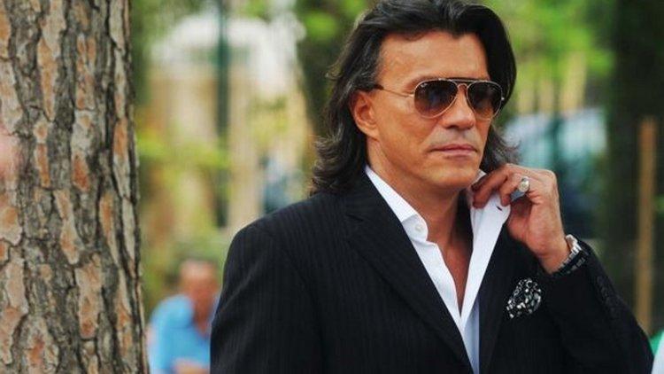 Ο Δήμαρχος Μαραθώνα φορούσε συνεχόμενα τα γυαλιά ηλίου εδώ και δύο χρόνια με αποτέλεσμα να δημιουργηθεί πρόβλημα στην όρασή του