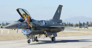 Ο Αρχάγγελος ο οποίος στην αεροπορία έχει την κωδική ονομασία «Maverick» ελέγχει τα συστήματα του F-16 πριν την απογείωση