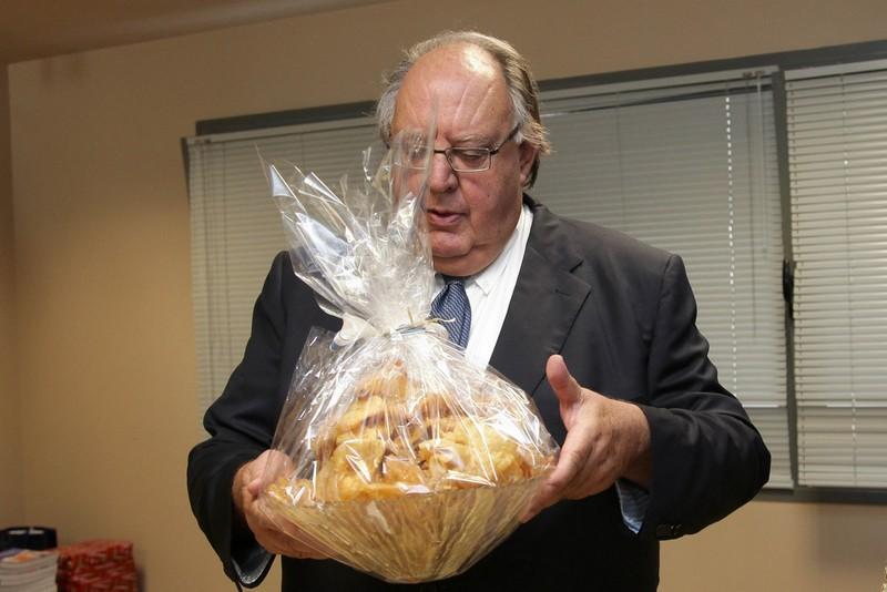 Ο πρώην υπουργός κρατά στα χέρια του μελομακάρονα αξίας 50 ευρώ