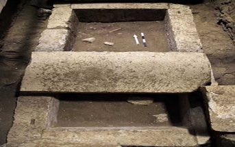 Στον τάφο βρέθηκε ανθρώπινος σκελετός ο οποίος σύμφωνα με τους αρχαιολόγους ανήκει στον Μέγα Αλέξανδρο ή τον Ηφαιστίωνα ή την Ολυμπία ή τον Βουκεφάλα ή τον Έλβις