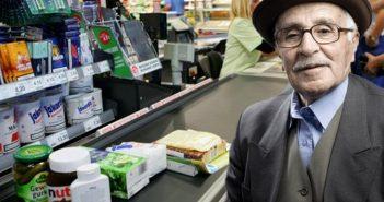 Ο κύριος Αγησίαλος ποζάρει για τον φακό μετά την παραλαβή του βραβείου του