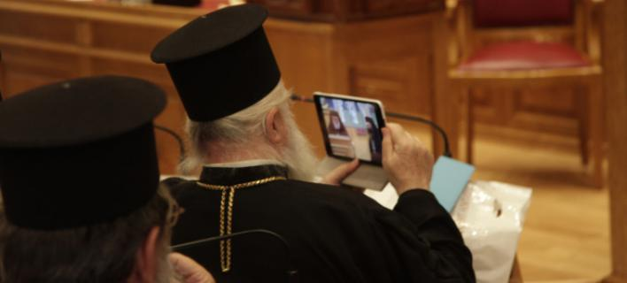 Στιγμιότυπο από την σημερινή συνέντευξη τύπου του εκπροσώπου ΙΤ (Ιερών Τεχνολογιών) στα γραφεία της Ιεράς Συνόδου