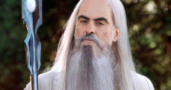 Ο Έλληνας τραγουδοποιός επιλέχθηκε λόγω της πλούσιας κόμης του αλλά και το γεγονός ότι σαν τους Πυξ Λαξ ο Σάρουμαν πάντα επιστρέφει