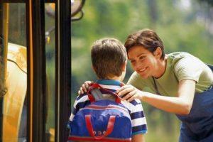 Αν το παιδί σας έχει άγχος κρατήστε το απ τους ώμους και κοιτάξτε το έντονα. Ταρακουνήστε το λίγο αν χρειαστεί.
