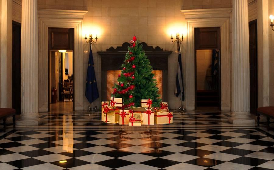 Το «αριστερόδεντρο» όπως πολλοί το έχουν ονομάσειβρίσκεται στην αίθουσα υποδοχής τουμεγάρου