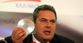 Ο υπουργός δείχνει CD με αυστριακά βαλς που κατέσχεσε ο ίδιος