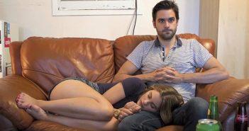 Νόμο που θα απαγορεύει στα ζευγάρια να αποκοιμιούνται όταν βλέπουν μαζί σειρές ετοιμάζει η κυβέρνηση