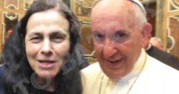 Κανένα σχίσμα: Σέλφι με τον Ποντίφηκα έβγαλε η Ελένη Λουκά