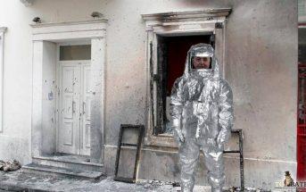 Με στολή αντιπυρικής προστασίας είναι αναγκασμένος να κυκλοφορεί πλέον ο Αλέκος Φλαμπουράρης