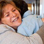 Συγκινημένη η μάνα του νεαρού τον αγκαλιάζει
