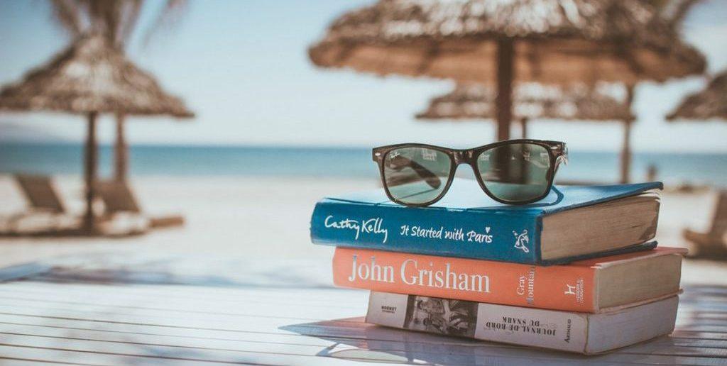 Τα βιβλία που πρέπει να φωτογραφίσετε φέτος στην ξαπλώστρα