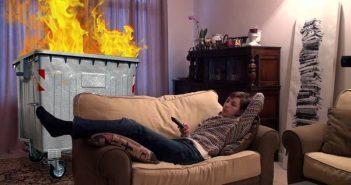 Φλεγόμενους κάδους χρησιμοποιεί για την θέρμανση του κάτοικος των Εξαρχείων