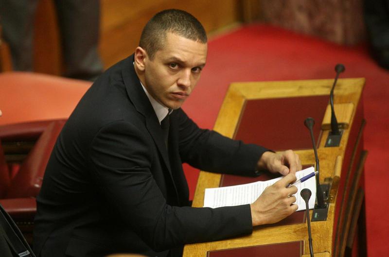 Σοκ από την αποκάλυψη ότι βίαιος νεοναζί που εξελέγη στη Βουλή συμπεριφέρθηκε σαν βίαιος νεοναζί που εξελέγη στη Βουλή