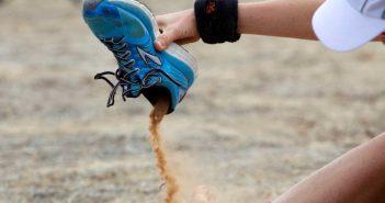 Τρόμος: Νεαρή κοπέλα άδειασε την άμμο από τα παπούτσια της και αμέσως εμφανίστηκαν δύο ρακετάδες και άρχισαν να παίζουν