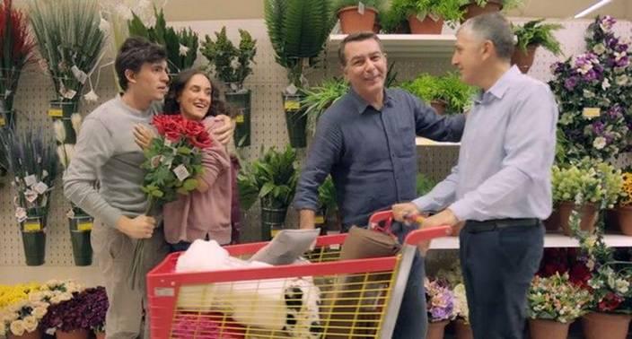 Σάλο προκαλεί νέα διαφήμιση του Jumbo που δείχνει ανθρώπους να είναι χαρούμενοι που ψωνίζουν στα Jumbo