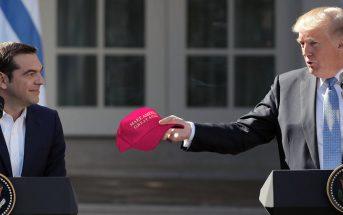 """Καπέλο με τη φράση """"Make America Great Again"""" χάρισε στον Αλέξη Τσίπρα ο Ντόναλντ Τραμπ"""