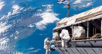 Ρίγη συγκίνησης: Αστροναύτες κρέμασαν τεράστια ελληνική σημαία στον διεθνή διαστημικό σταθμό