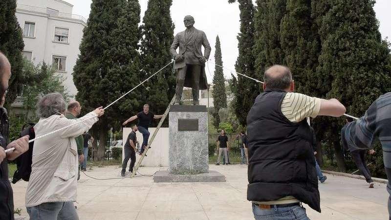 Ειδικά εκπαιδευμένα περιστέρια επιστρατεύει το ΚΚΕ μετά την αποτυχημένη προσπάθεια να γκρεμιστεί το άγαλμα Τρούμαν