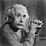 ο διάσημος φυσικός Αλβέρτος Ανστάϊν είχε διατυπώσει πρώτος τη θεωρία ότι ότι πίσω από κάθε πλυντήριο βρίσκεται μια αστρική πύλη που οδηγεί σε ένα παράλληλο σύμπαν