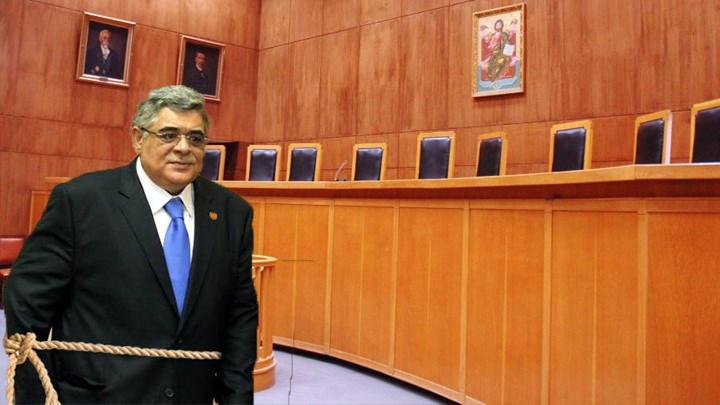 Με δεμένο το χέρι ώστε να μη σηκώνεται αυτόματα εμφανίστηκε στο δικαστήριο ο Νίκος Μιχαλολιάκος
