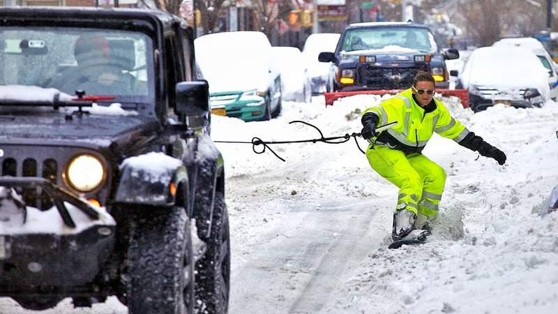 Δύσκολες ώρες: Αναγκασμένοι να μετακινηθούν με τα snowboard τους οι κάτοικοι του Κολωνακίου, αναφορές για ελλείψεις σε σοκολάτα βιεννουά