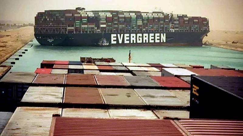 Επίλεκτη ομάδα παρκαδόρων στέλνει η Ελλάδα για την αποκόλληση του πλοίου στο Σουέζ